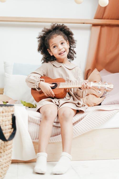 Petite fille instrument - illustration bourse